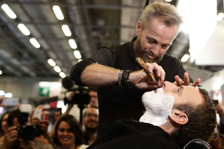 Emmanuel-Macron-se-fait-raser-au-salon-international-de-la-coiffure-a-Paris-porte-de-Versailles-le_exact1024x768_l